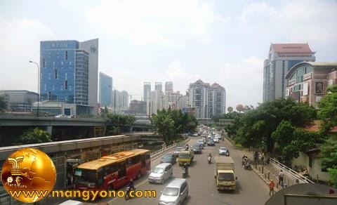 FOTO : Halte Grogol 2, dan suasana keramaian Jakarta di depan Mall CITRALAND