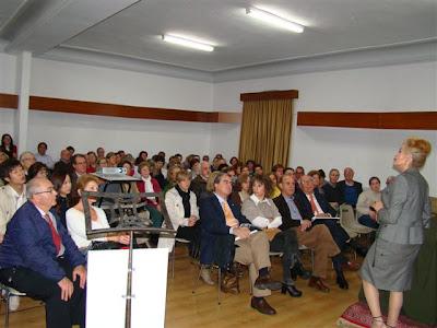 Aurora Guerra ante el publico asistente a la conferencia organizada pro el Rotary Club
