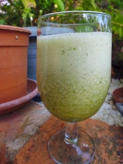 Groente- en fruit smoothie met verse munt