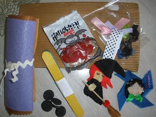 un colgante, un broche y material recibidos por el AI de Halloween