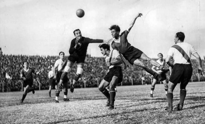 Arsenio Erico (1915-1977) salta y cabecea el balón durante un partido contra River Plate en 1935, en una imagen mundialmente célebre