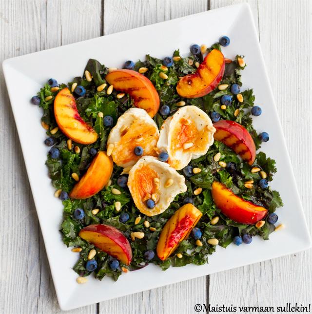 Salaatti lehtikaalista, persikasta ja vuohenjuustosta
