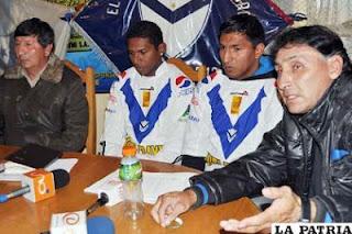 Fernandez presidente del club y marco ferrufino dt del plantel santo junto a los refuerzos Angola y Torrico
