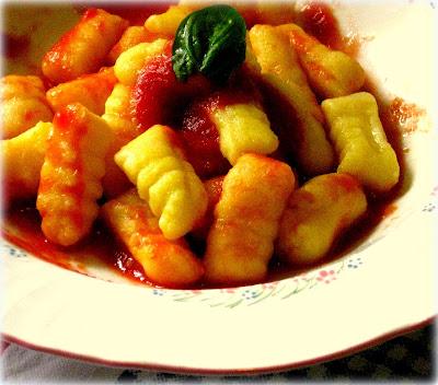 La ricetta degli gnocchi allo zafferano, oltre che buona, è molto sana perchè è senza uova e con farina di kamut.