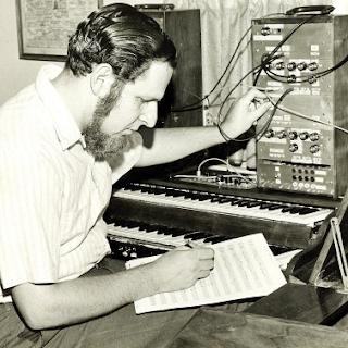 El compositor y pionero Herb Deutsch componiendo con uno de los primeros prototipos del sintetizador Moog.