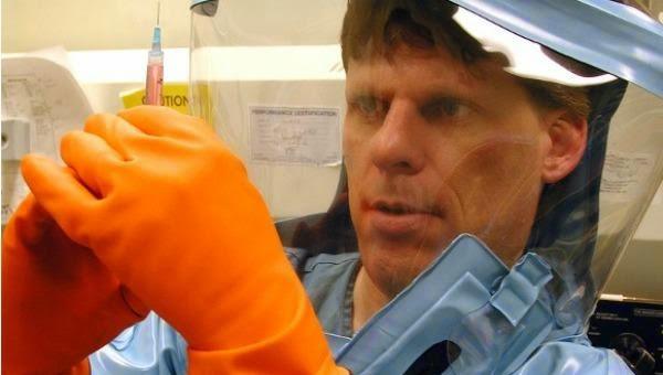 Un médico de nacionalidad estadounidense que llegó de Guinea, donde se encontraba tratando a pacientes enfermos del virus del Ébola, fue ingresado este jueves en el hospital Bellevue de Nueva York, según informaron medios locales.