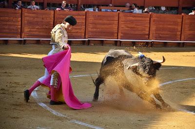 Jimenez Fortes recibiendo a su primer toro de la tarde