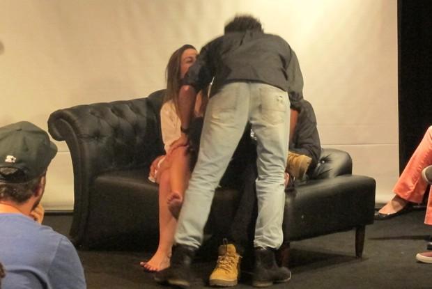 Momento final com o beijo entre os atores Felipe Roque e Luca Pougy.