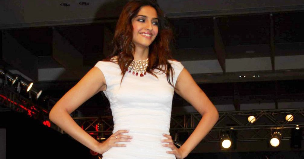 Sonam Kapoor Height Photo Still On Ramp | ActressHDWallpapers