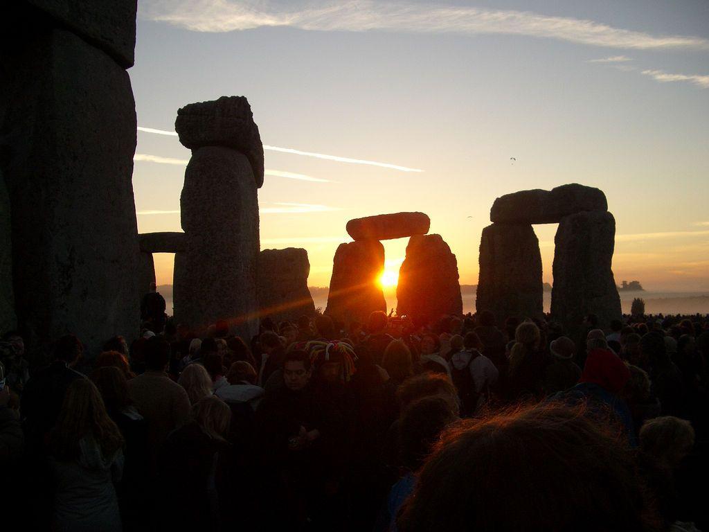 http://1.bp.blogspot.com/-WNp9xu3K4BE/T-MQZ318StI/AAAAAAAACvQ/QI39ukVLEtI/s1600/APP-1277129806-summer-solstice-stonehenge.jpg