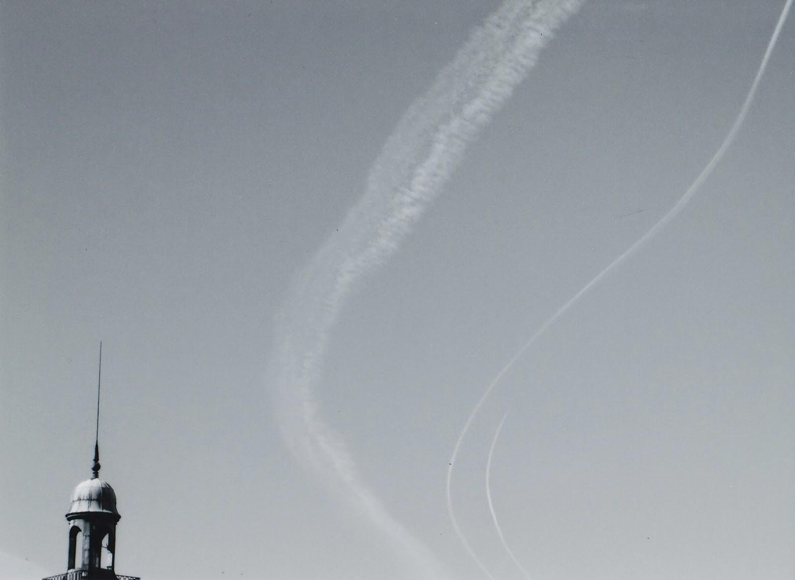 Clocher d'église et avion en noir et blanc