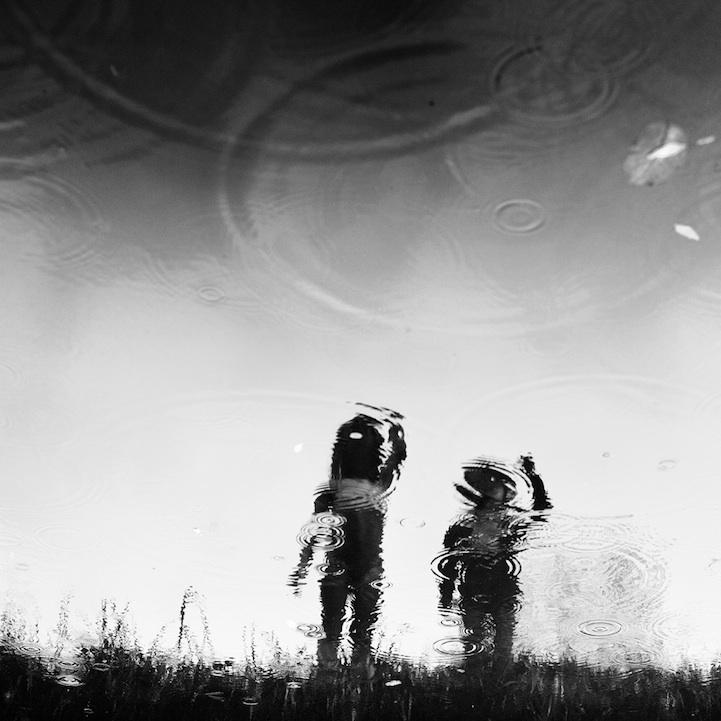 dos niños reflejados en agua