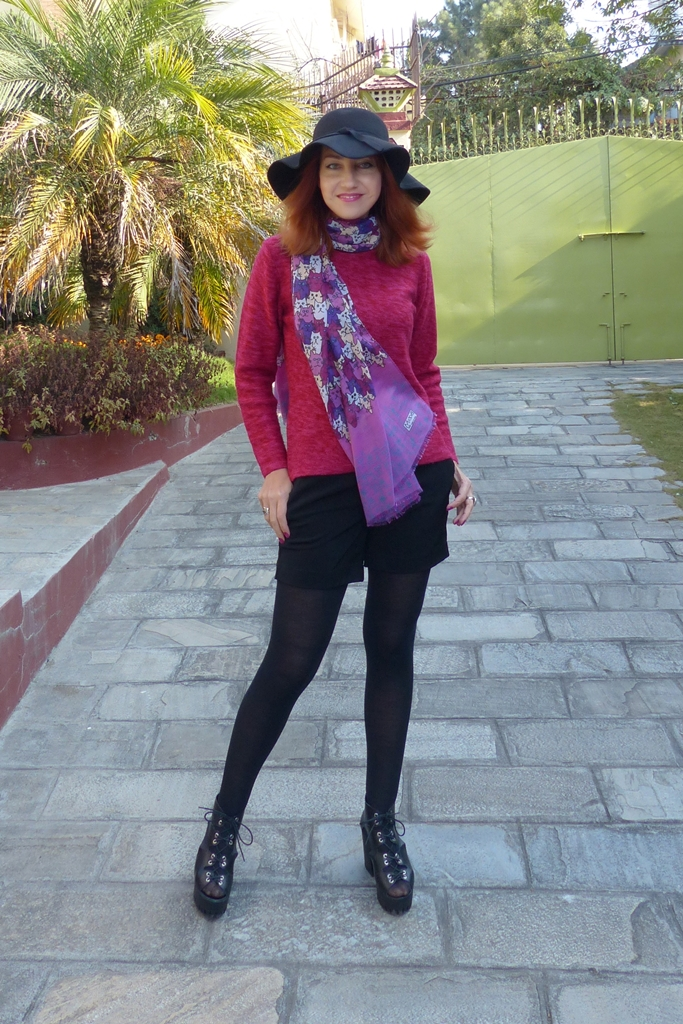 Black shorts over opaque tights, chunky shoes, 70s hat