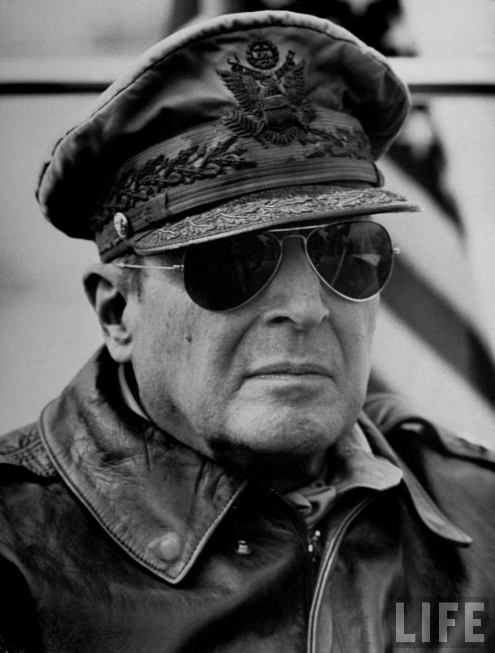 Douglas MacArthur con Gafas de aviador
