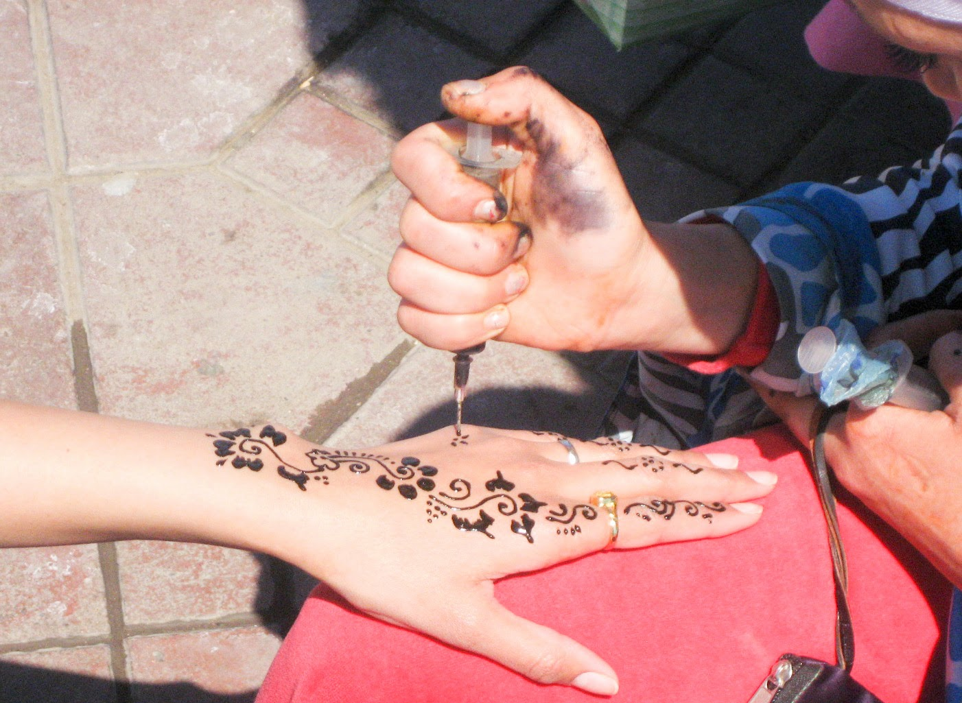 Marrakech top tourist attractions: Henna artist in Jemaa El Fna market square
