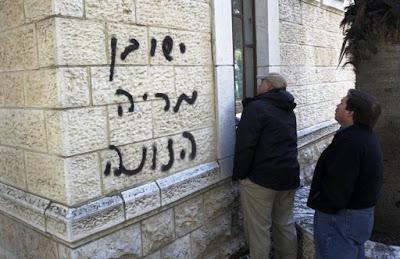 Inscrição feita por extremistas judeus em igreja de Jerusalém