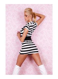 Vestido corto casual con líneas horizontales, con pequeño saco ajustado