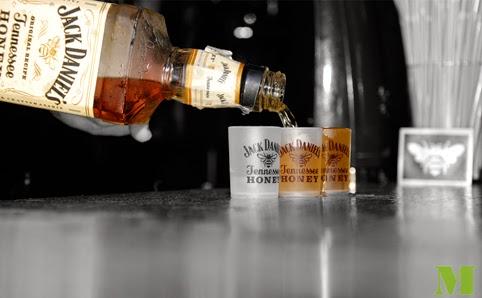 Chupitos de Jack Honey en las fiestas promocionales de los bares de Zaragoza con Dibip y Makoondo Marketing.