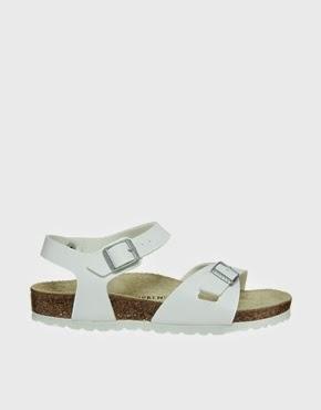 La tendencia que triunfa este verano, las sandalias almanas que más se llevan.