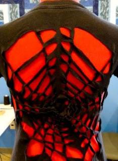 Seni Gunting kaos – membuat Spiderman Net di Punggung kaos