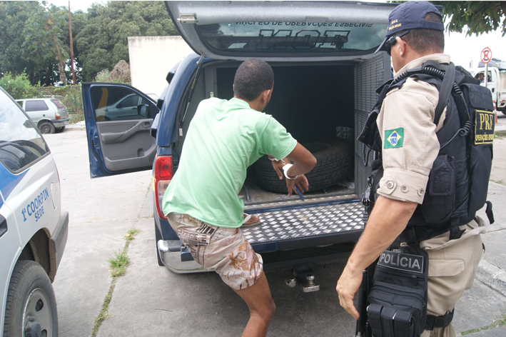 Policia viola homem preso por porte ilegal de arma for Interior y policia consulta de arma