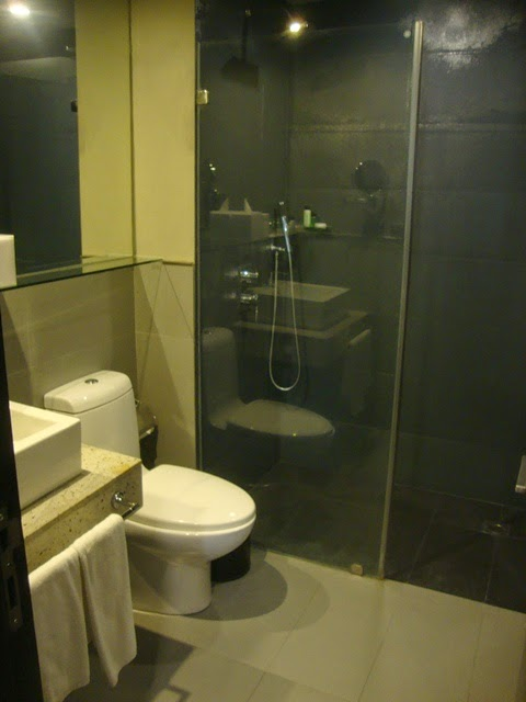 F1 HOTEL MANILA BATHROOM, FORT SUITE