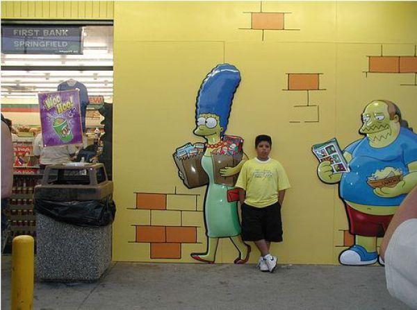 Tirando foto com Os Simpsons na parede
