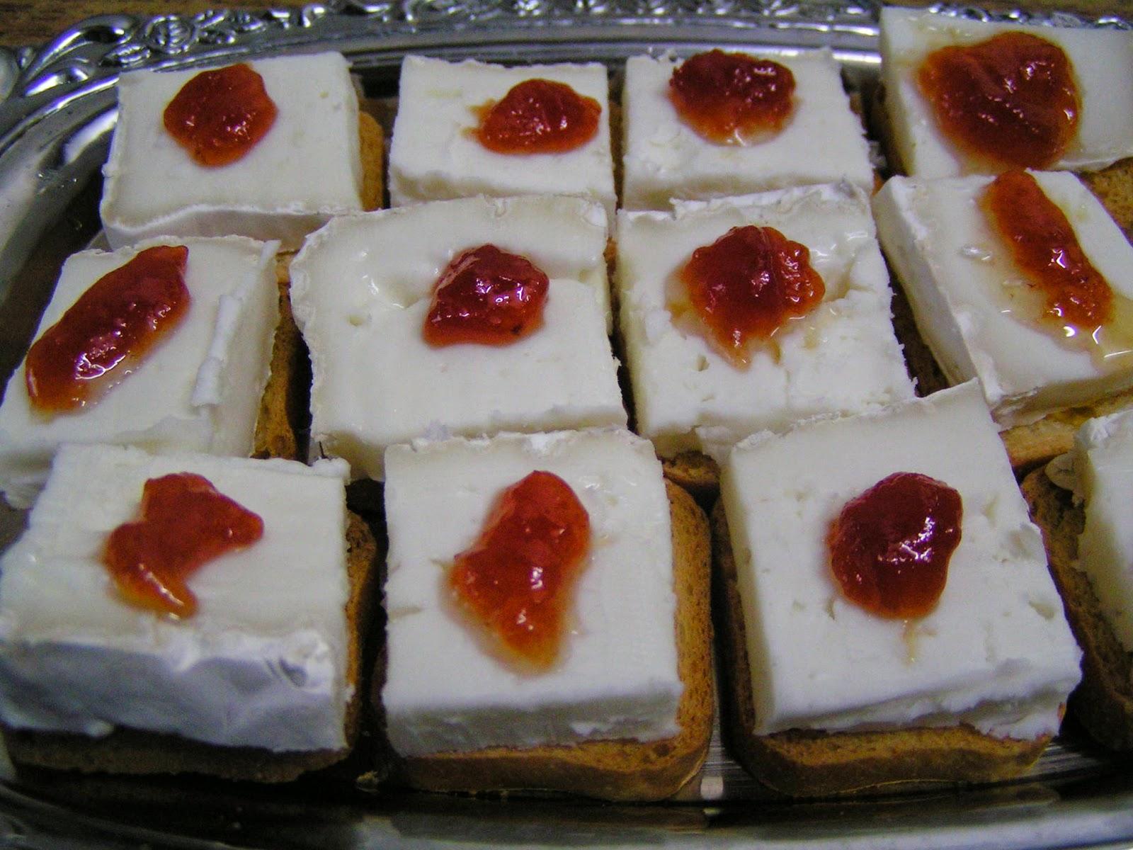 Canapés de queso brie con mermelada de tomate