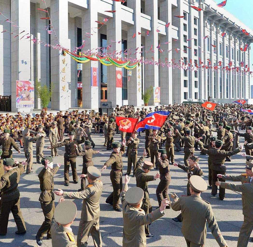 Militares dançam para comemorar a vitória a 100%