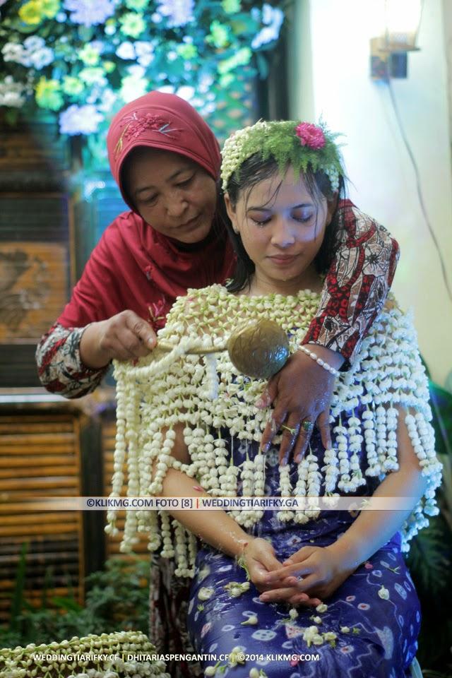 Adicara Siraman TIA ANGGRAINI (2-End) - Rias Pengantin oleh : Dhita Rias Pengantin Purwokerto | Foto oleh KLIKMG Fotografer Jakarta
