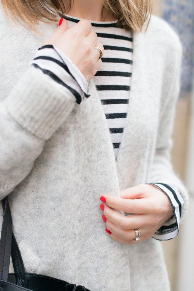 Camiseta marinera, chaqueta de punto y uñas rojas