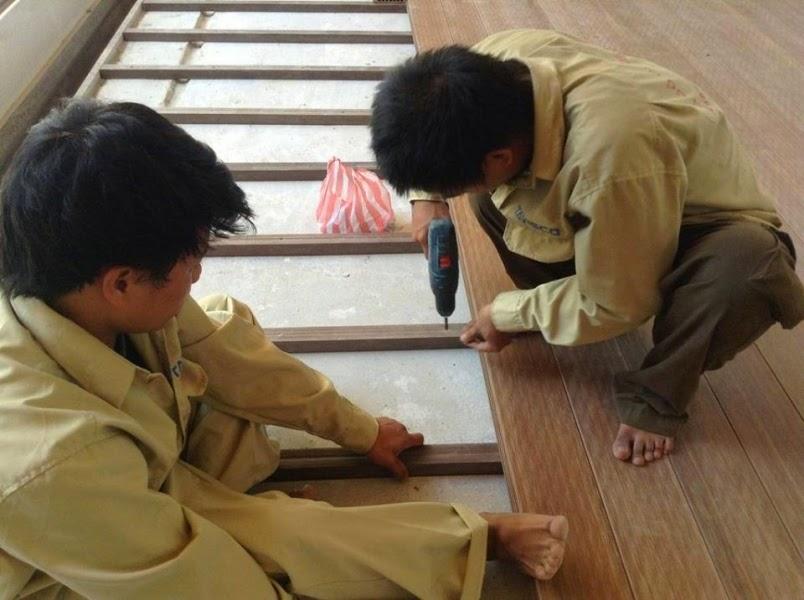 lắp sàn gỗ tự nhiên.