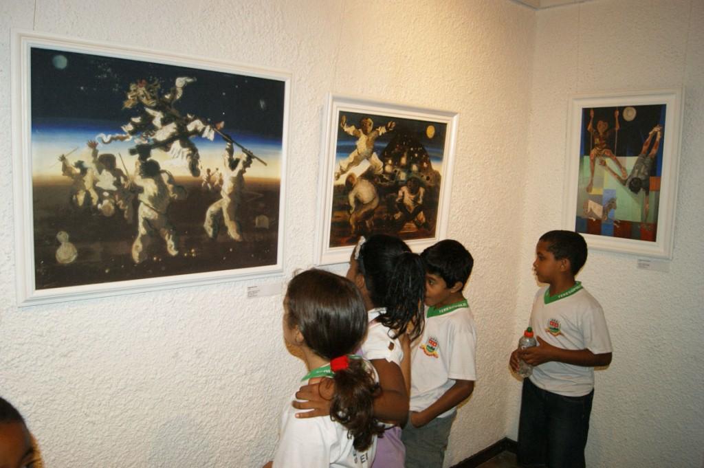 Pela primeira vez em uma galeria de arte, os alunos se impressionam com as obras