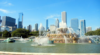 Buckingham fountain in Grant Park in downtown Chicago, Illinois