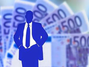 Ilustrasi uang berada di belakang blogger - Blog Mas Dory