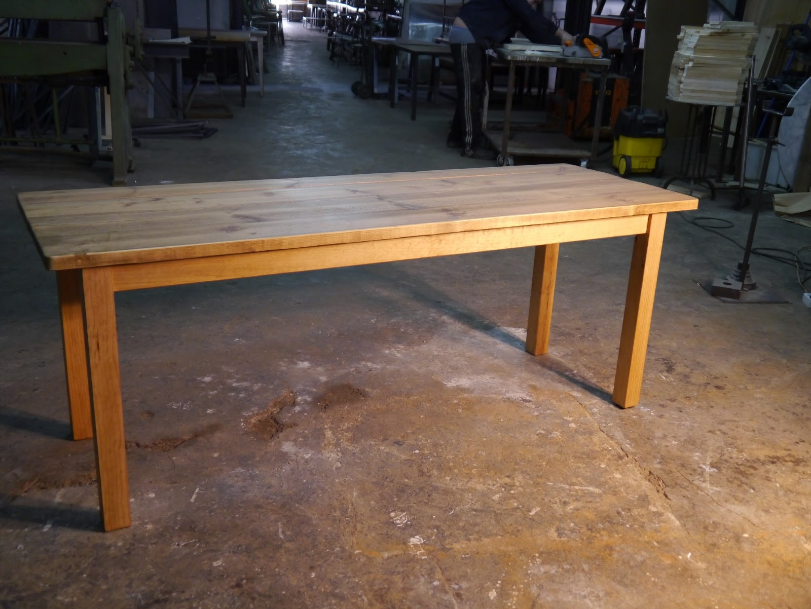 Mesas y sillas en metal de estilo industrial en hierro y for Mesa y sillas madera