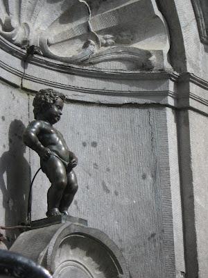 El Manneken Pis (niño que orina) es una estatua de bronce de aproximadamente 50 centímetros de altura, ubicada en el centro histórico de la ciudad de Bruselas. Representa a un niño pequeño y desnudo orinando dentro de una fuente.