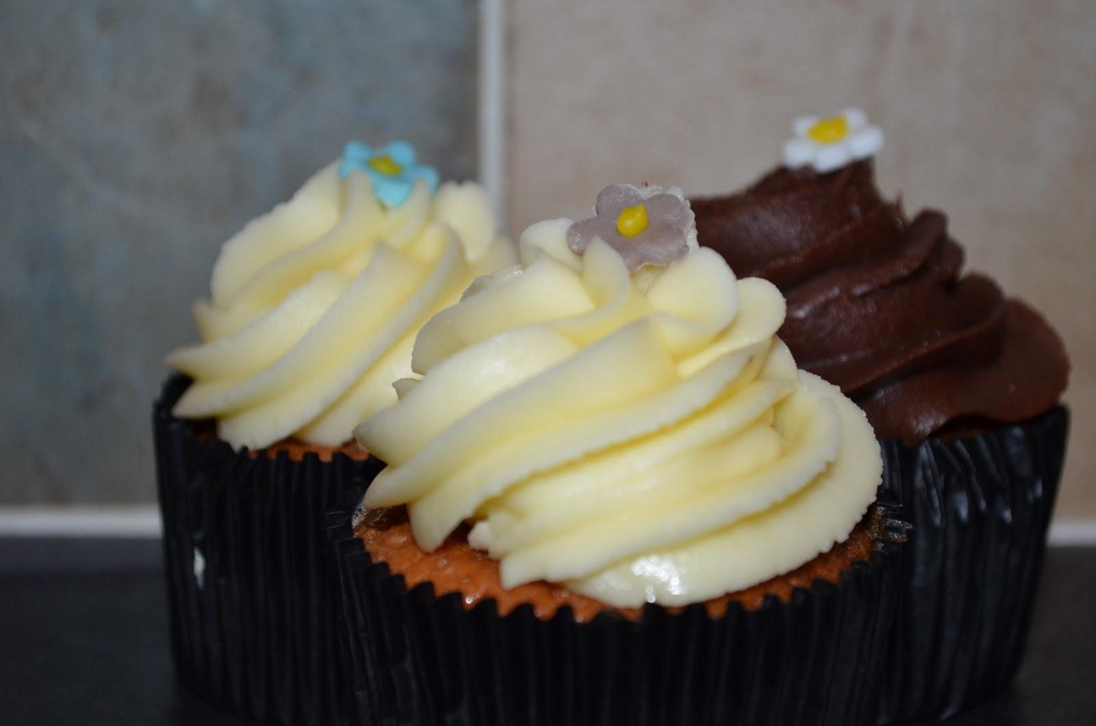 Cake guru simple vanilla sponge cupcakes for Basic vanilla sponge