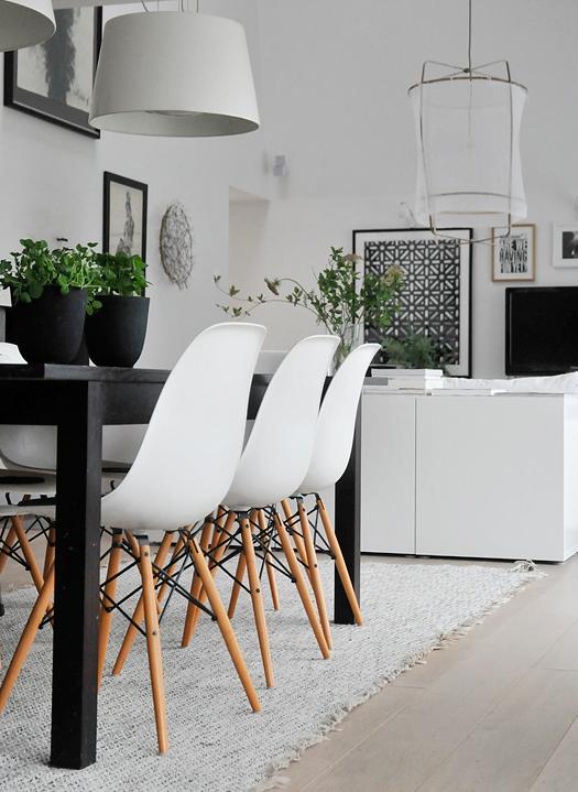 Svart Koksbord : svart koksbord  Ett vitt 120 cm runt hogblankt koksbord + 4 svarta