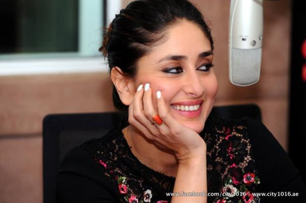 http://1.bp.blogspot.com/-WV_ttv8vJYg/UhNSTinp5yI/AAAAAAABgkI/PsB73XYXATw/s1600/Kareena%252C+Ajay+Devgn+and+Prakash+promote+Satyagraha+in+Dubai+%25281%2529.jpg
