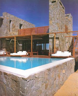 Exterior de una residencia de piedra estilo Contemporáneo