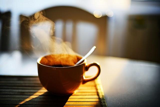 فنجان قهوة بعد الظهيرة يسبب اضطراب النوم ليلا