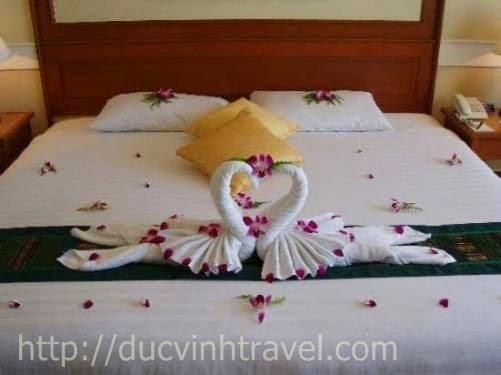 """Cách trang trí phòng cưới đơn giản đẹp thiên nga bằng khăn, lãng mạn đón nàng """" rễ làm lắm"""" 4"""
