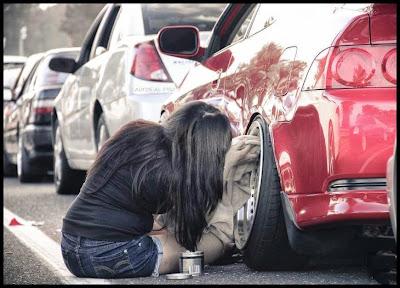 mujer encerando el auto