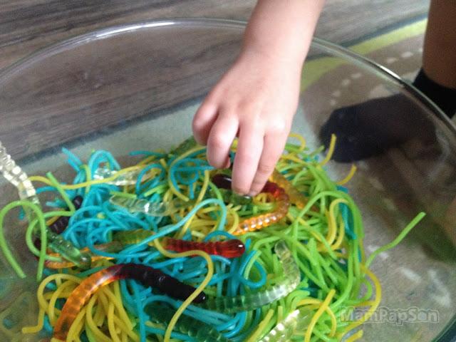 сенсорные червячки из покрашенных спагетти