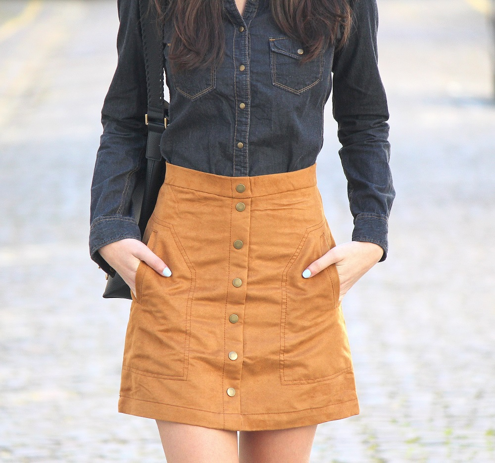 peexo fashion blogger wearing denim shirt and suede skirt and bucket bag