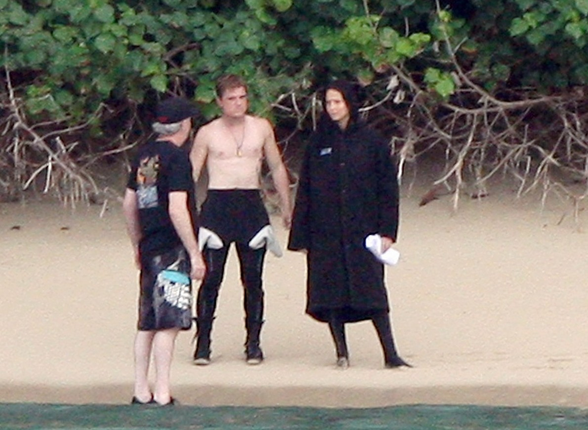 http://1.bp.blogspot.com/-WYKdSxXh4hQ/ULjz7WyV3CI/AAAAAAAAAOk/7rllmxCtDgo/s1600/jennifer-lawrence-shirtless-josh-hutcherson-catching-fire-sea-scenes03.jpg