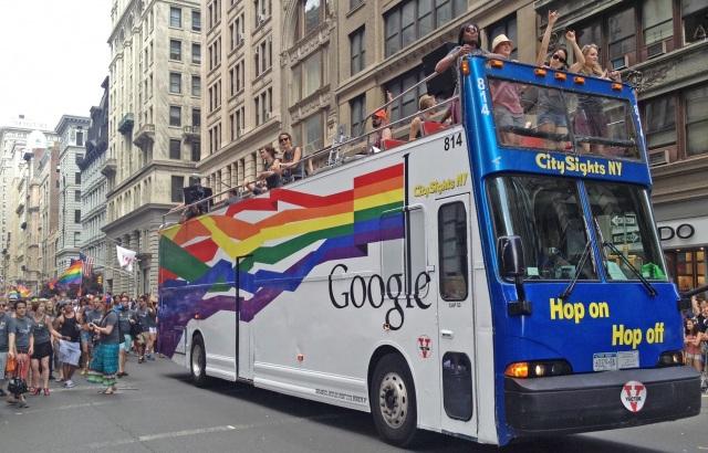 Não precisava procurar muito para encontrar o bus da Google na Parada de Nova York (Foto: Getty Images)