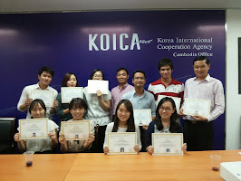 Certificate distribution to employees of KOICA after completion of the course.