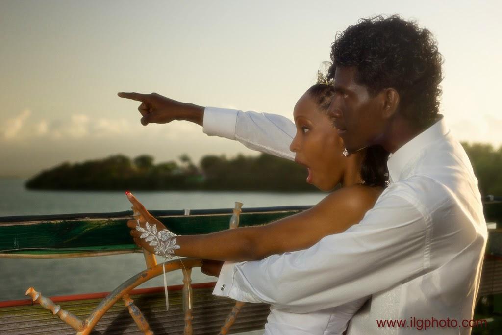 le marié montre l'horizon à sa femme